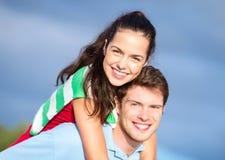 Groupe de couples heureux ayant l'amusement dehors Photo stock