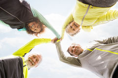 Groupe de coureurs supérieurs dehors, repos, tenant des mains Images libres de droits
