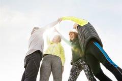 Groupe de coureurs supérieurs dehors, repos, tenant des mains Photo libre de droits