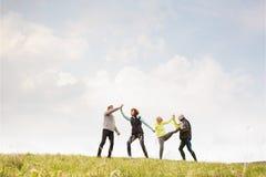 Groupe de coureurs supérieurs dehors, repos, tenant des mains Photographie stock