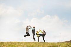 Groupe de coureurs supérieurs dehors, repos, tenant des mains Image libre de droits