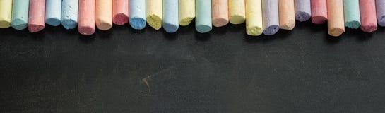 Groupe de craies multicolores sur le tableau noir Photographie stock libre de droits