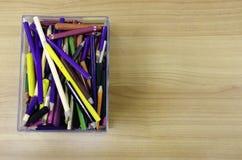 Groupe de crayon et de marqueur de couleur dans le panier sur la table Image stock