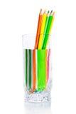 Groupe de crayons colorés dans une tasse en verre images stock