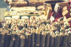 Groupe de crayons colorés faits main, avec le backgrou brouillé de livres Photos stock