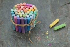 Groupe de crayons en pastel colorés sur le fond noir avec les crayons jaunes et verts photographie stock libre de droits