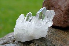 Groupe de cristal de quartz sur une roche Photo libre de droits