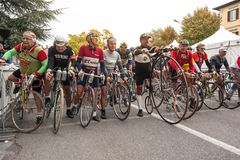 Groupe de cycliste sur la ligne de départ Images libres de droits