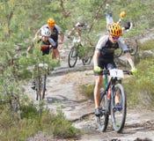 Groupe de cyclistes de vélo de montagne dans la forêt Images stock