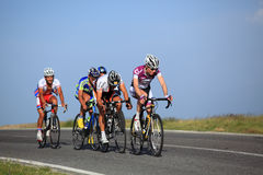 Groupe de cyclistes escaladant des montagnes de Cindrel Photo stock