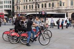 Groupe de cyclistes féminins près de souterrain de Trafalgar Square Image stock
