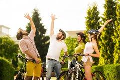 Groupe de cyclistes gais se reposant dehors Photo stock