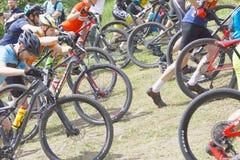 Groupe de cyclistes masculins de combat de vélo de montagne menant l'uphi de cycle Images libres de droits