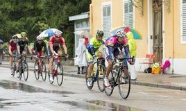 Groupe de cyclistes montant sous la pluie Photo libre de droits