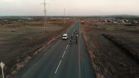 Groupe de cyclistes de moto sur la route d'asphalte Silhouette d'homme se recroquevillant d'affaires banque de vidéos