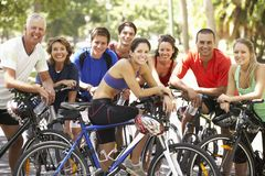 Groupe de cyclistes se reposant pendant le tour de cycle par le parc Photos stock