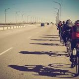 Groupe de cyclistes sur la route Image libre de droits
