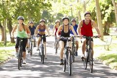 Groupe de cyclistes sur le tour de cycle par le parc Photographie stock libre de droits