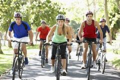 Groupe de cyclistes sur le tour de cycle par le parc photos stock