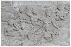 Groupe de découpage en pierre de sclupture de femmes nues versant prenant un bain dans la salle de bains externe chaude de l'eau Images stock