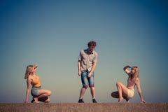 Groupe de détente de filles du garçon deux d'amis extérieure Images libres de droits