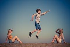 Groupe de détente de filles du garçon deux d'amis extérieure Image libre de droits