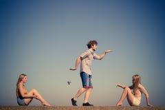 Groupe de détente de filles du garçon deux d'amis extérieure Photographie stock libre de droits
