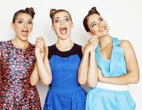 Groupe de dames élégantes diverses dans des robes lumineuses d'isolement sur le blanc souriant ayant l'amusement, selfie de obser Photo stock