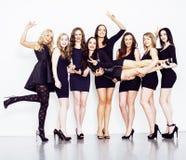 Groupe de dames élégantes diverses dans des robes lumineuses d'isolement sur le blanc souriant ayant l'amusement, selfie de obser Photos libres de droits