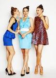 Groupe de dames élégantes diverses dans des robes lumineuses sur le blanc souriant ayant l'amusement, selfie de observation, mode Photographie stock libre de droits