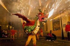 Groupe de danse de diables sur le rendement de Firerun Images libres de droits