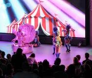 Groupe de danse de filles sur l'étape photographie stock