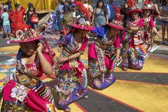 Groupe de danse de Tinkus dans Arica, Chili images stock