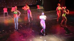 Groupe de danseurs contemporains exécutant sur l'étape clips vidéos