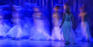 Groupe de danseurs contemporains exécutant sur l'étape image stock