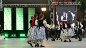 Groupe de danseurs de Hongrie dans le costume traditionnel clips vidéos