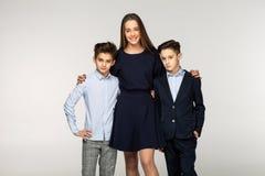Groupe de deux frères mignons et de belle soeur photo stock
