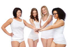 Groupe de différentes femmes heureuses avec des mains sur le dessus Photos stock