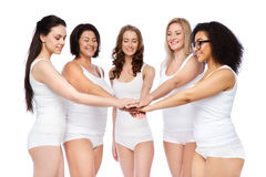 Groupe de différentes femmes heureuses avec des mains sur le dessus Images stock