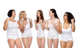 Groupe de différentes femmes heureuses célébrant la victoire Photos stock