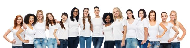 Groupe de différentes femmes heureuses dans des T-shirts blancs photo libre de droits
