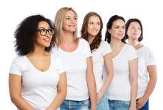 Groupe de différentes femmes heureuses dans des T-shirts blancs Image stock