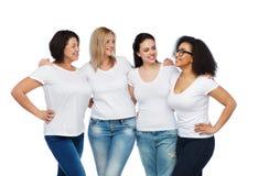 Groupe de différentes femmes heureuses dans des T-shirts blancs Images libres de droits