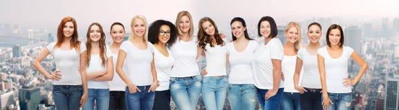 Groupe de différentes femmes heureuses dans des T-shirts blancs Image libre de droits
