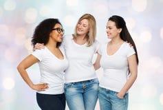 Groupe de différentes femmes heureuses dans des T-shirts blancs Photographie stock libre de droits