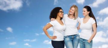 Groupe de différentes femmes heureuses dans des T-shirts blancs Photographie stock