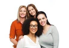 Groupe de différentes femmes heureuses dans des vêtements sport Photo stock