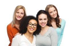 Groupe de différentes femmes heureuses dans des vêtements sport Photos libres de droits