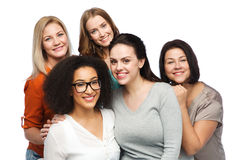 Groupe de différentes femmes heureuses dans des vêtements sport Image stock