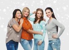 Groupe de différentes femmes heureuses dans des vêtements sport Photographie stock libre de droits